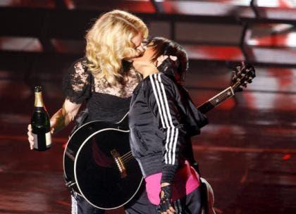 Madonna besa a una chica y vuelve locos a los fans