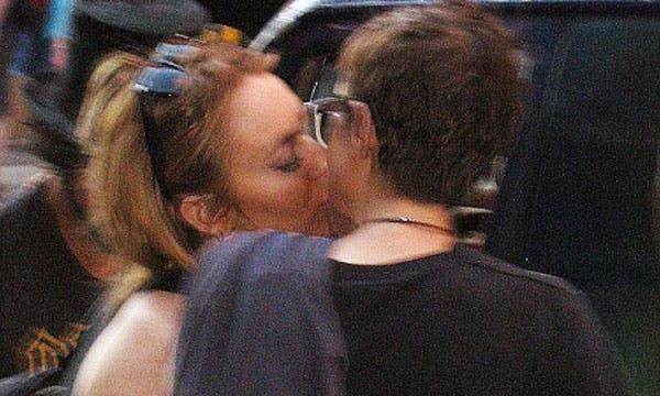 Lindsay Lohan besandose con Samantha Ronson