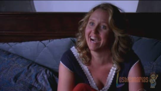 Erica emocionada en la cama