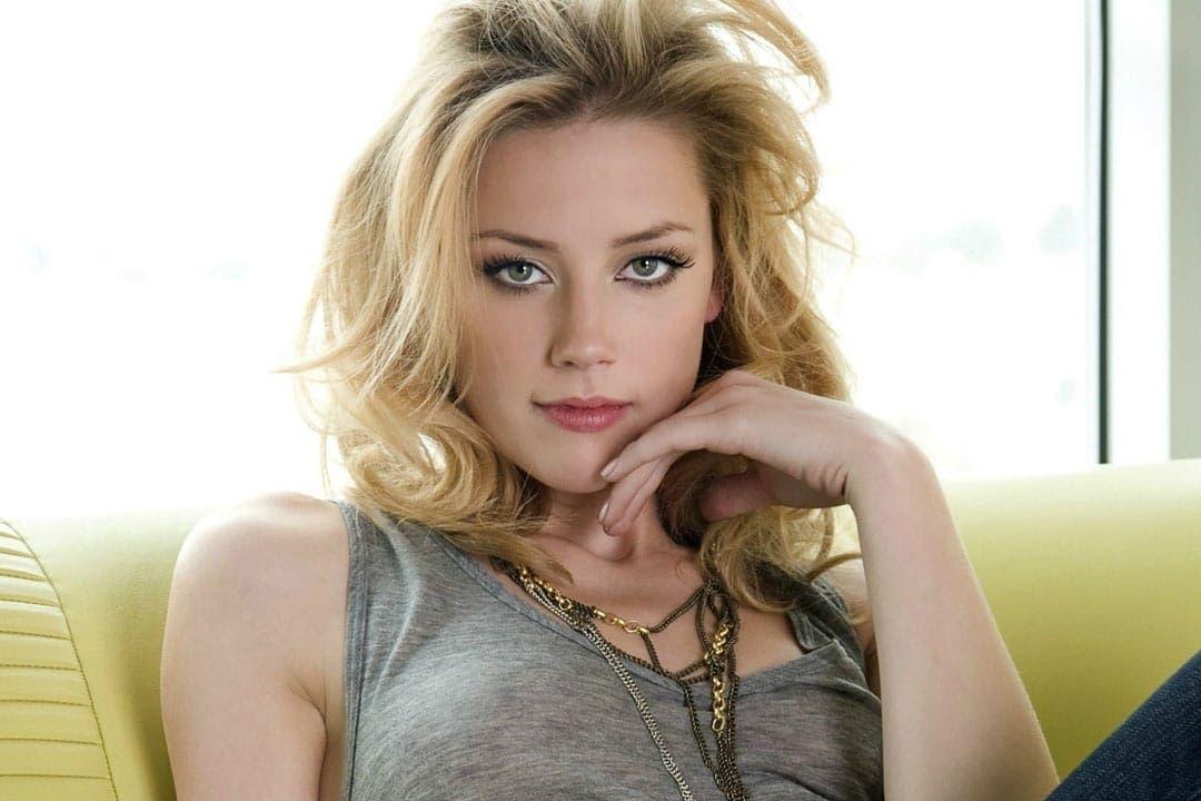 Amber Heard también camina por la acera del frente