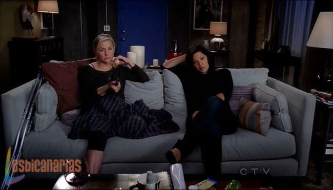 Callie y Arizona viendo televisión