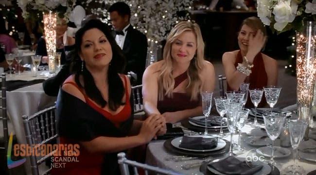 Callie y Arizona de la mano