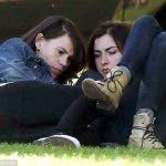 Clea DuVall y su novia en el parque