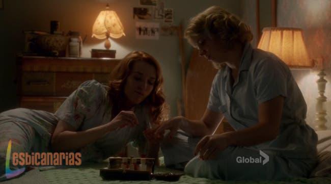 Kate pintándole las uñas a Betty