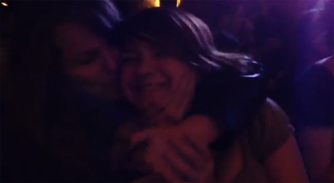 Una chica le pide matrimonio a su novia en un concierto de Luis Ramiro