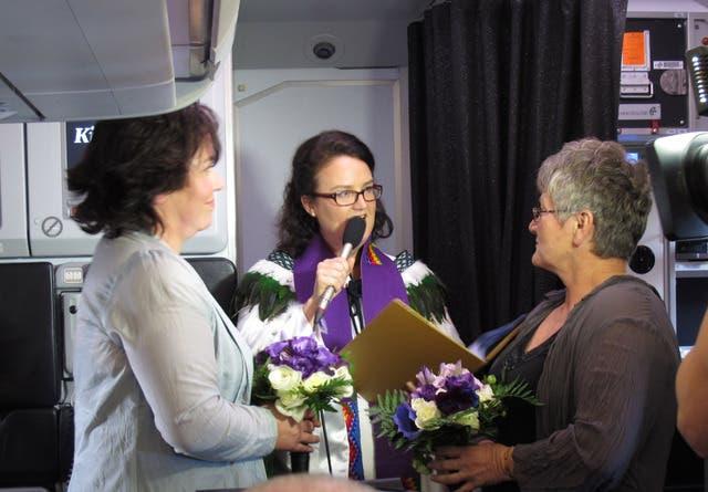 La primera pareja lésbica en casarse en Nueva Zelanda lo hizo en un avión