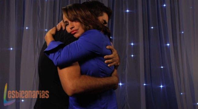 Owen y Gina abrazándose