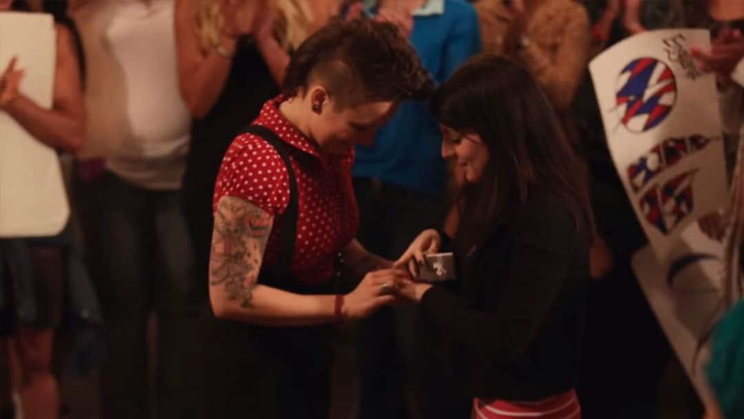 Sara Bareilles ayuda a una chica a pedirle matrimonio a su novia