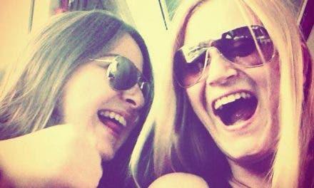 Las mujeres turcas sonríen para desafiar al hombre que les dijo que no debían reír en publico