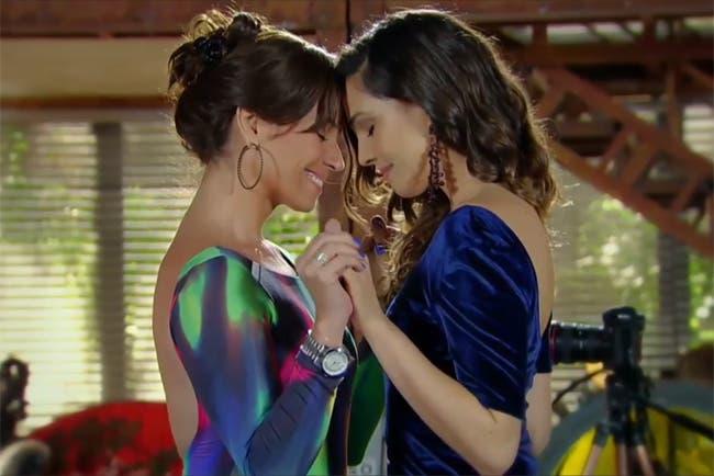 Beso lesbico entre dos chicas con orejas de gato - 1 part 9