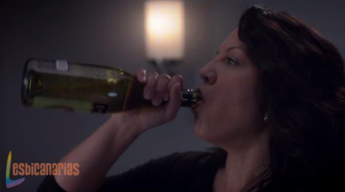 Callie bebiendo de la botella
