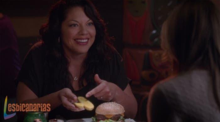 Callie Torres salvando vidas mientras come pepinillos