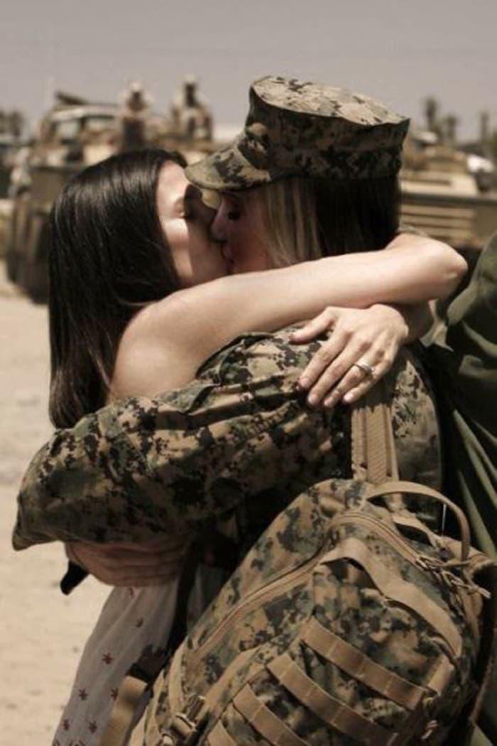 beso soldado lesbiana