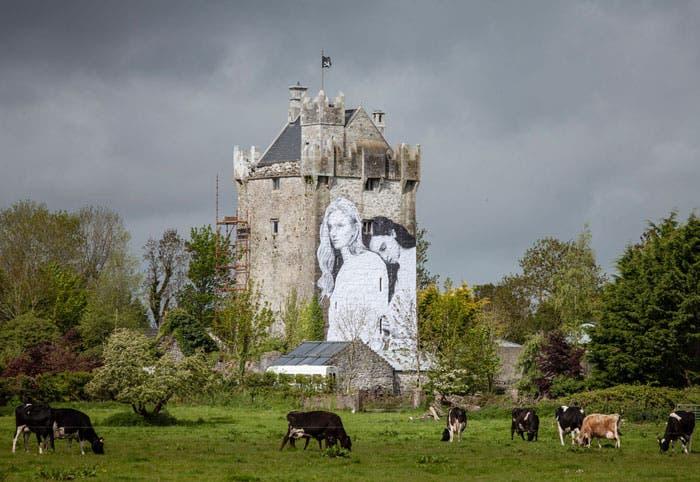 Mural pareja lésbica en Irlanda