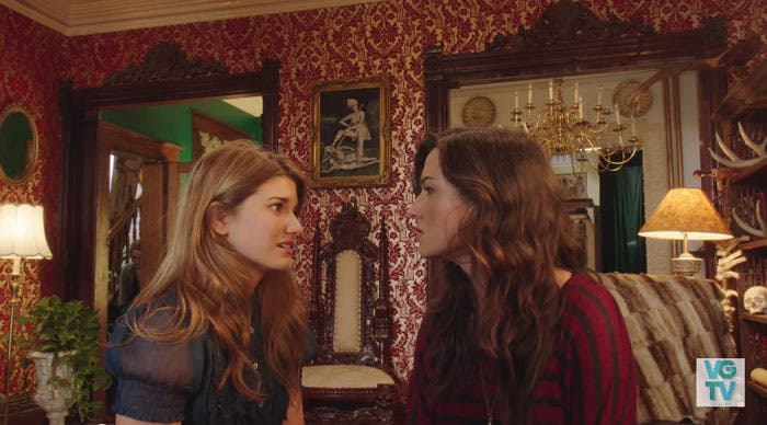 Laura y Carmilla discutiendo