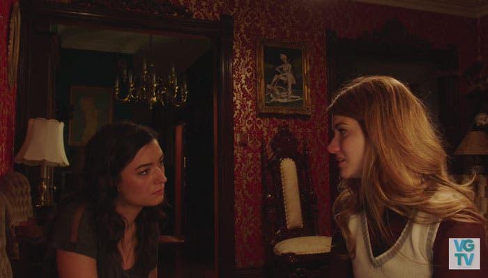 Laura y Carmilla mirándose