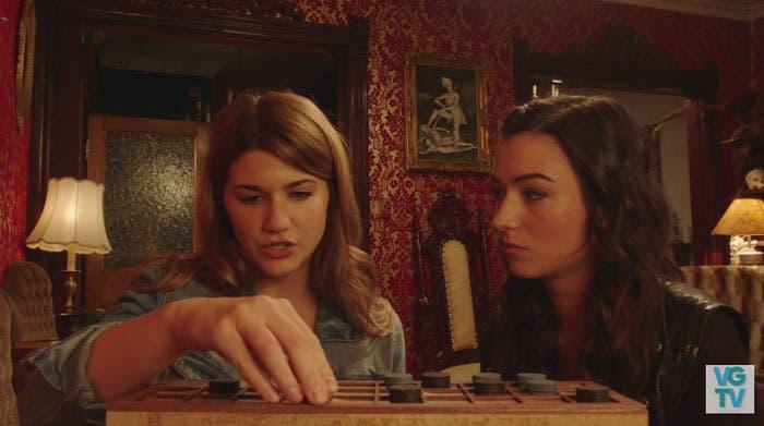 Laura y Carmilla jugando
