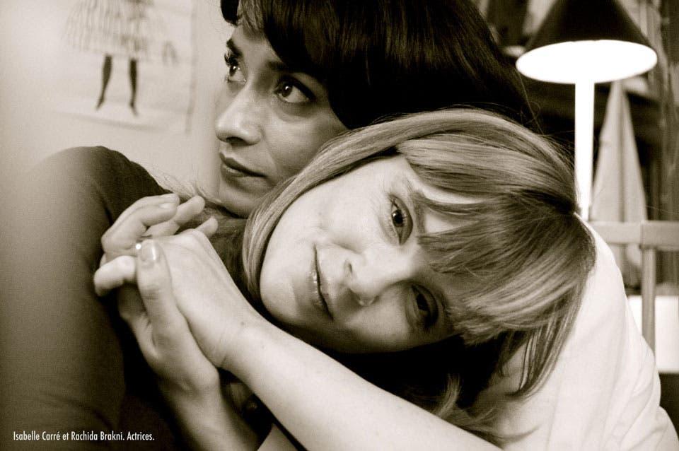 Fotografía-pareja-lésbica-Isabelle-Carre-y-Rachida-Brakni