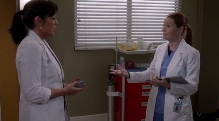 Callie y Penny se encuentran en el pasillo