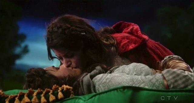 beso lésbico entre Ruby y Dorothy en OUAT