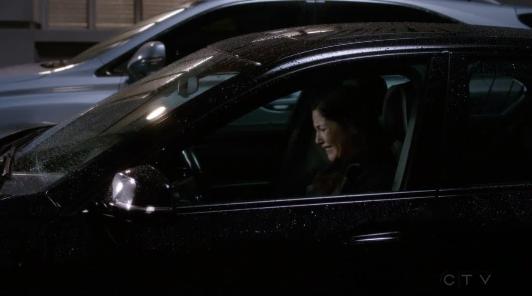 Eliza llorando en el coche