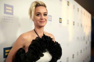 """Katy Perry asegura haber hecho más que """"besar a una chica"""""""