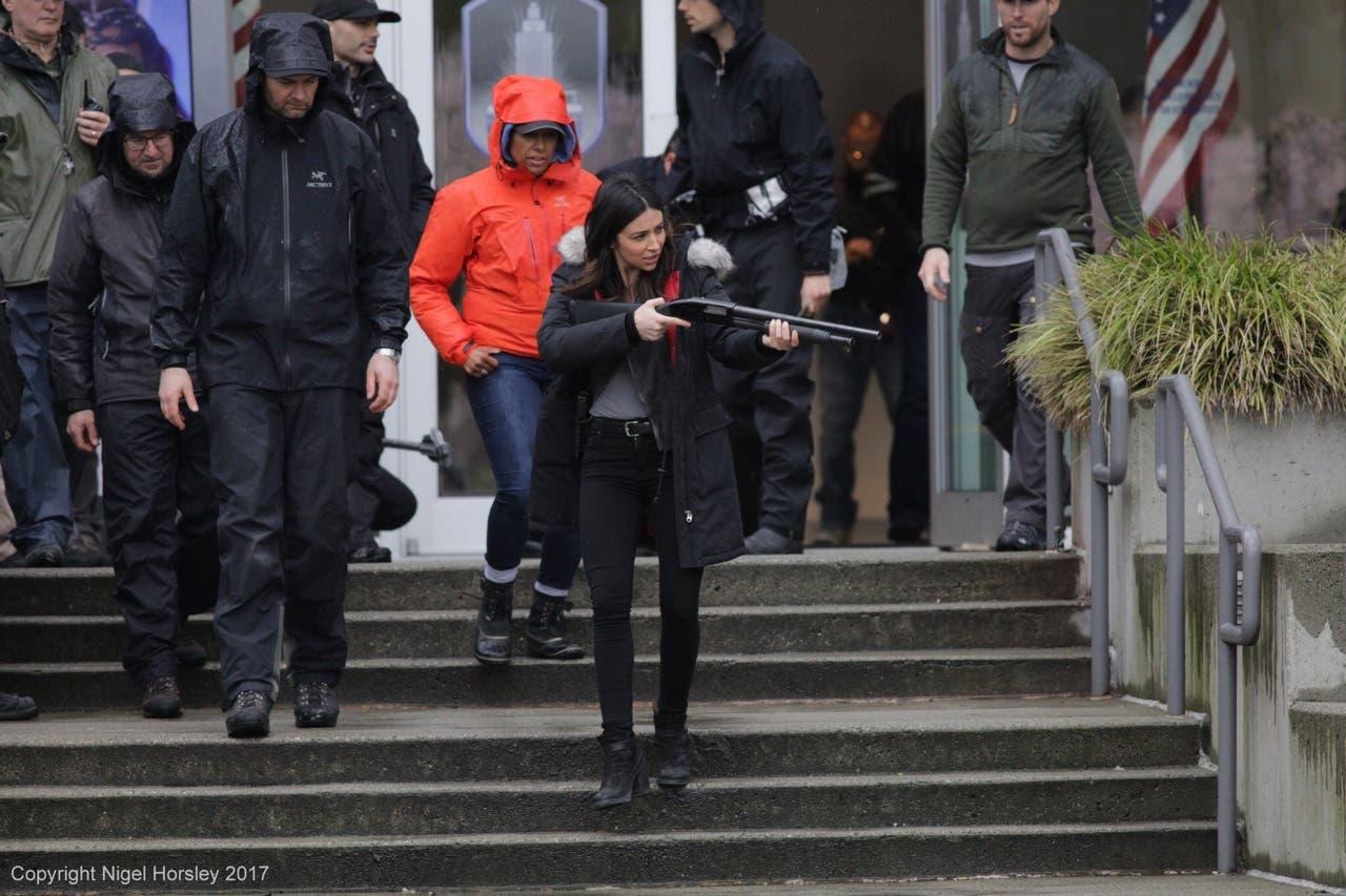 Maggie Sawyer con escopeta