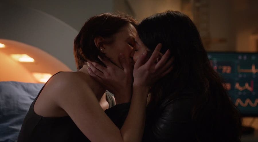 Alex y Maggie se besan