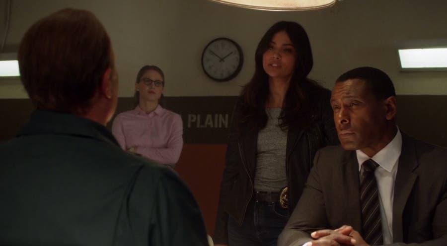 Maggie, Kara y John interrogan al preso