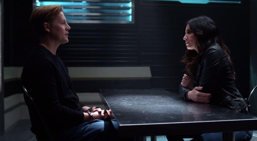Maggie Sawyer interrogando al detenido