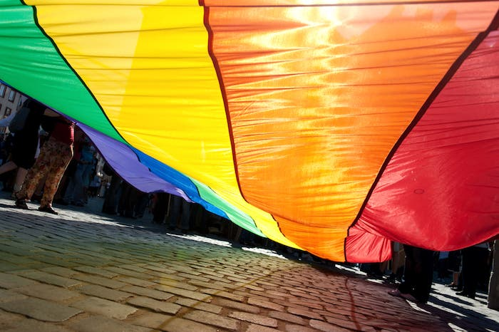 Chica porta la bandera LGBT+ como vestido de graduación