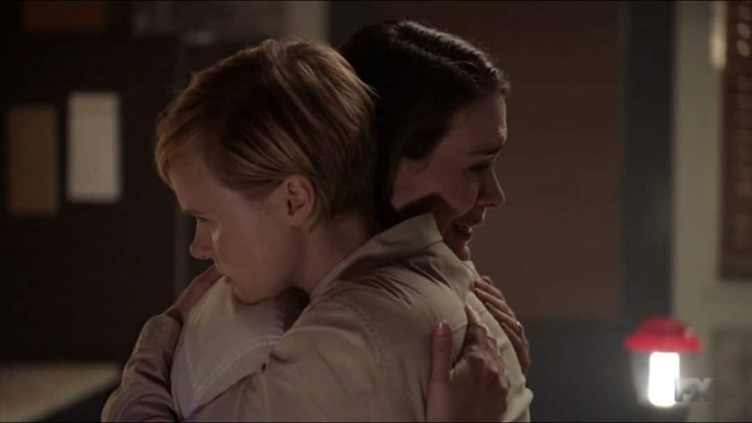 Ivy abraza a Ally