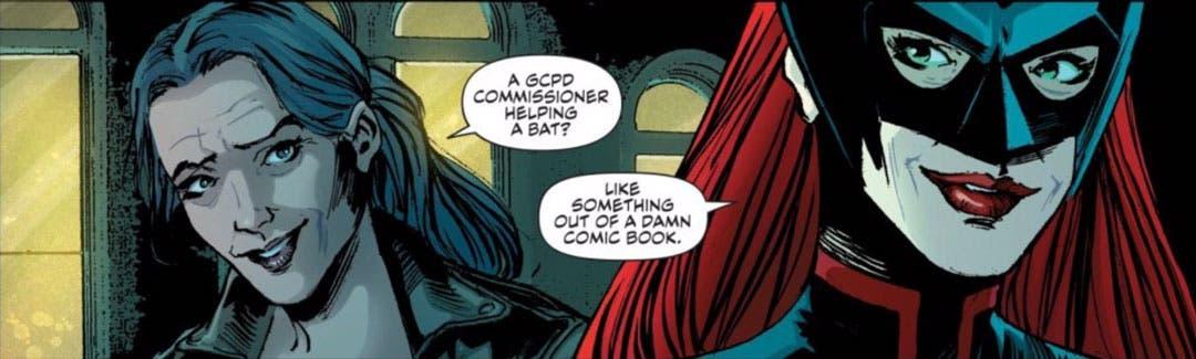 Renee Montoya y Kate Kane vestida de Batwoman platicando