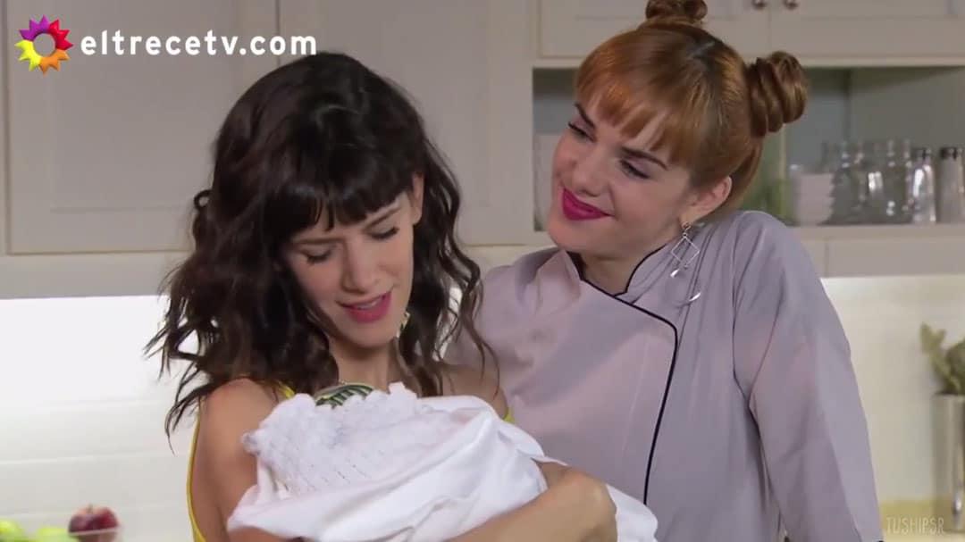 Flor y Jazmín cuidando del bebé