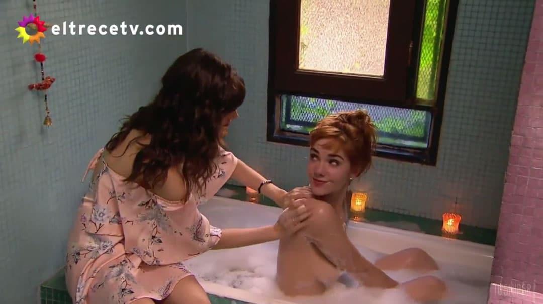 Flor y Jazmín en la bañera