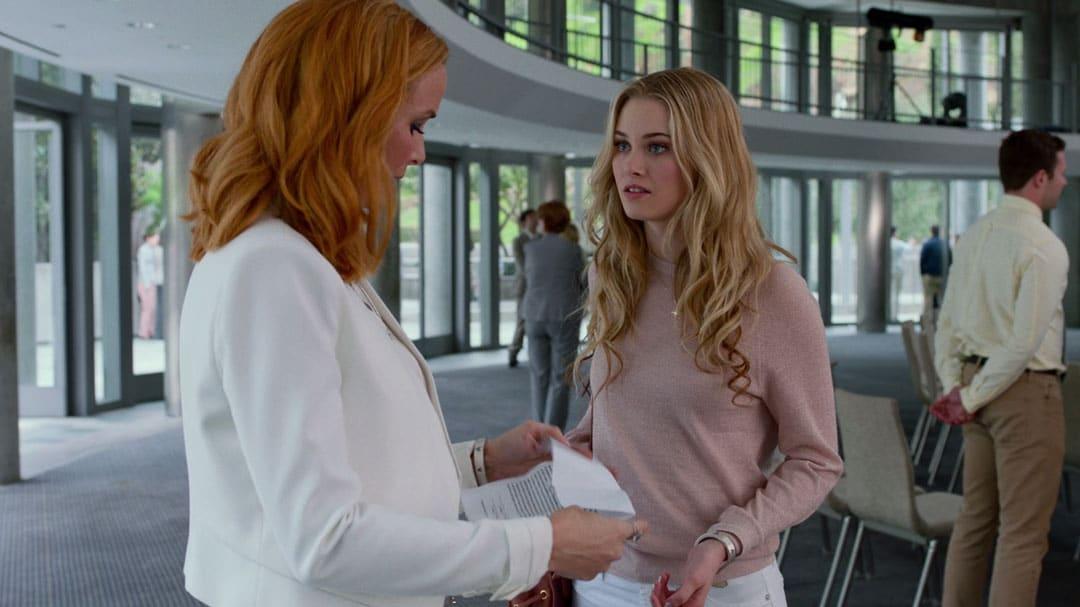 Karolina Dean hablando con su madre