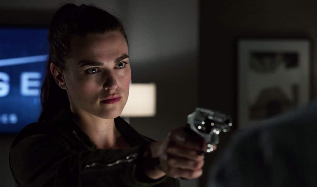 Lena Luthor apuntando con una pistola
