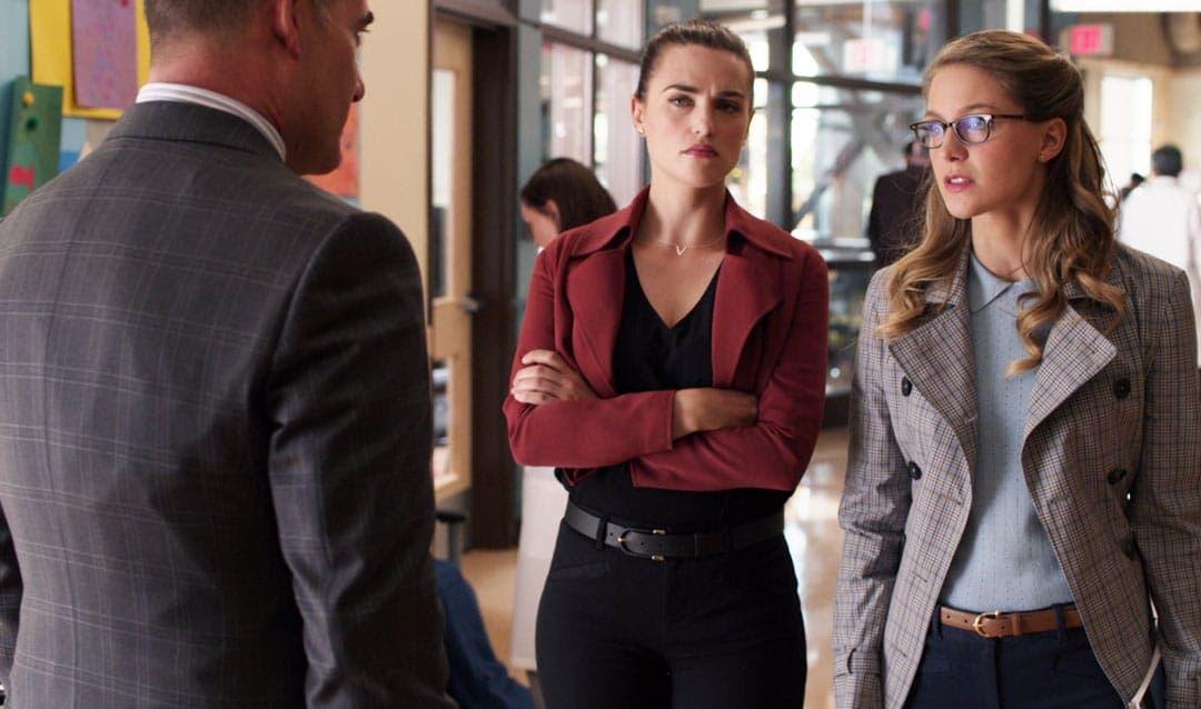 Kara defendiendo a Lena en Supergirl