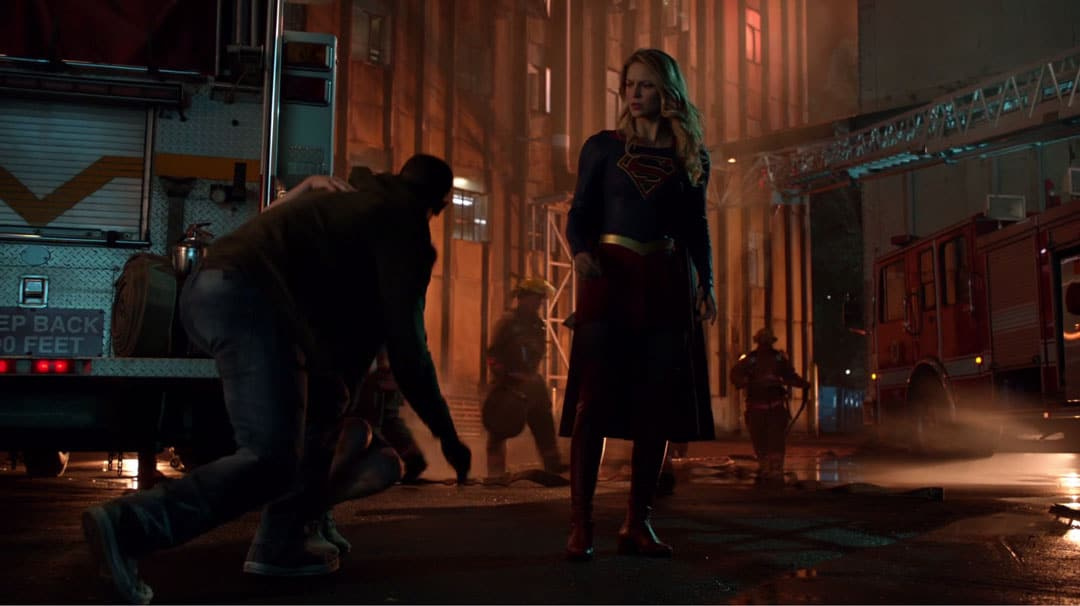 Supergirl salvando a un hombre