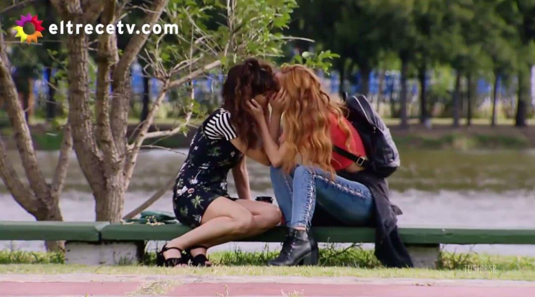 Flozmin besándose en el parque