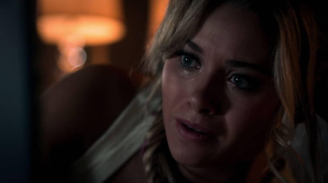 Karolina Dean hablando con los Runaways