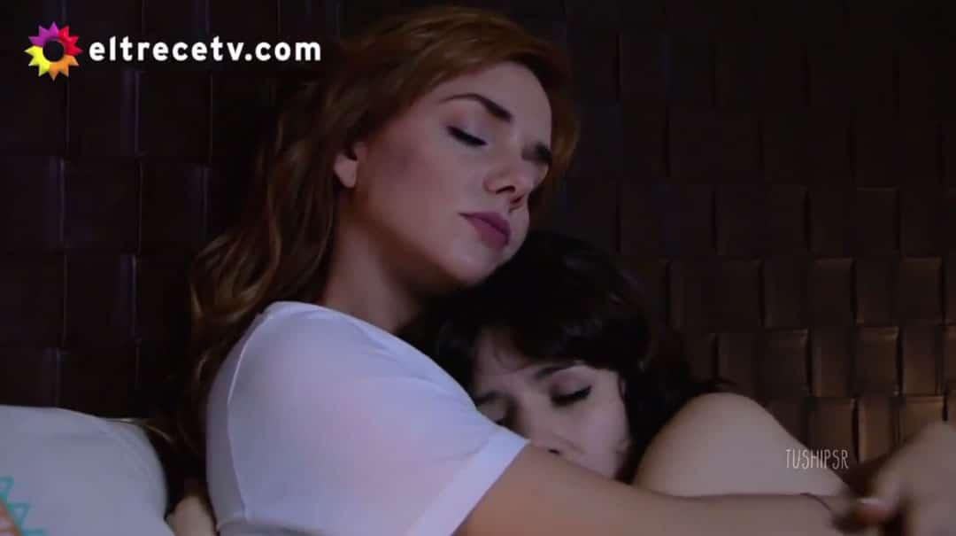 Flor y Jazmín abrazadas