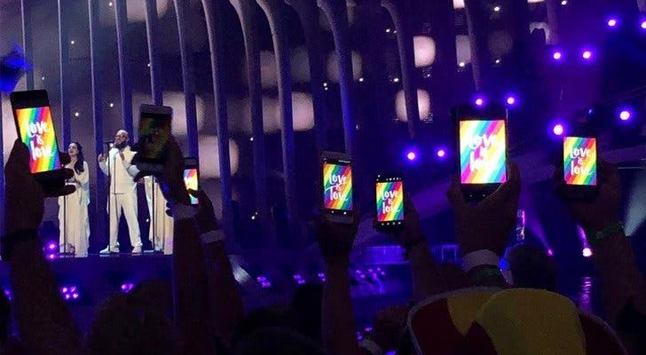Así reaccionó el público de Eurovision al banneo de banderas LGBT