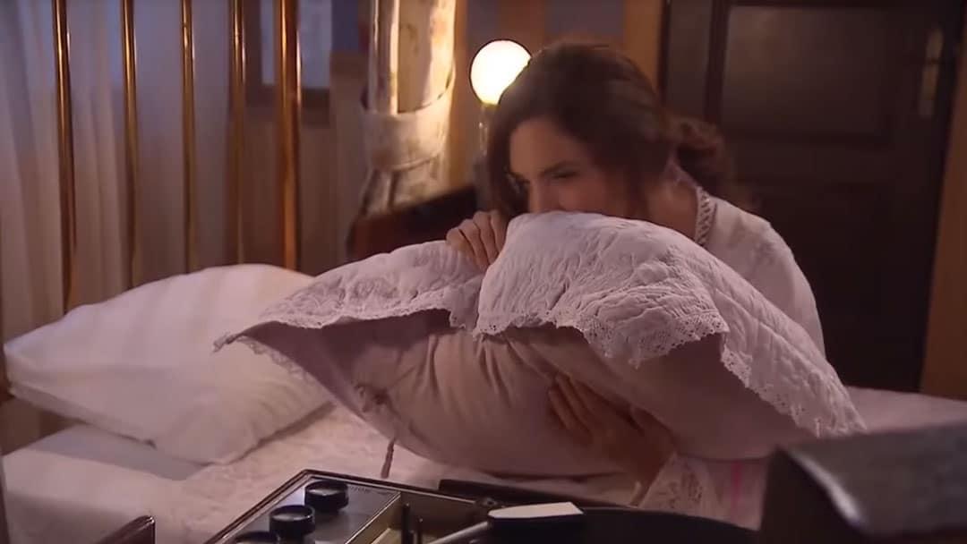 Mercedes oliendo la almohada