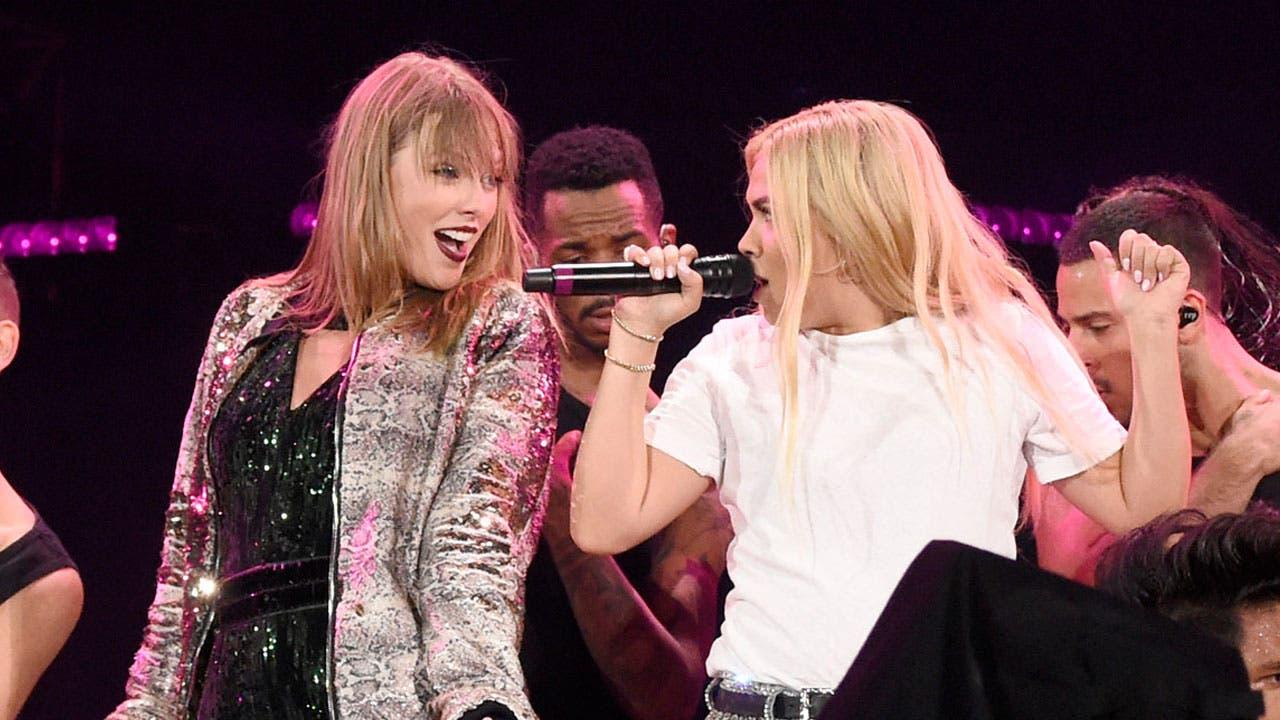 Taylor Swift y Hayley Kiyoko cantaron Curious y todo es arcoíris