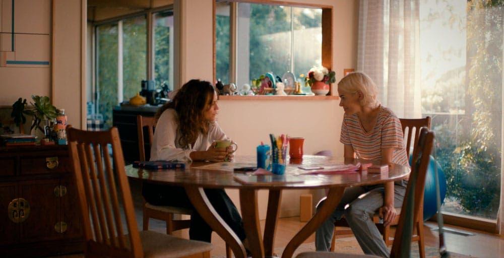 Gigi y Alice hablando