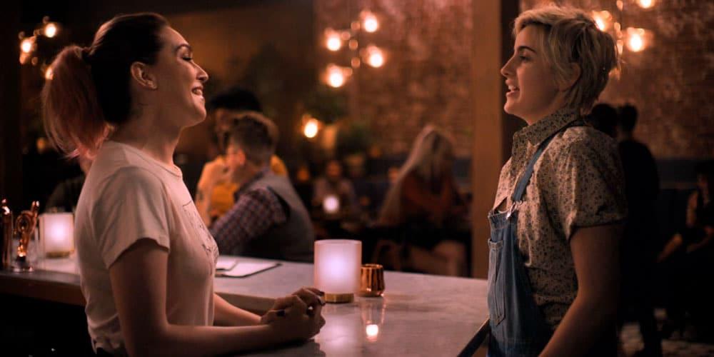 Finley y Tess hablando