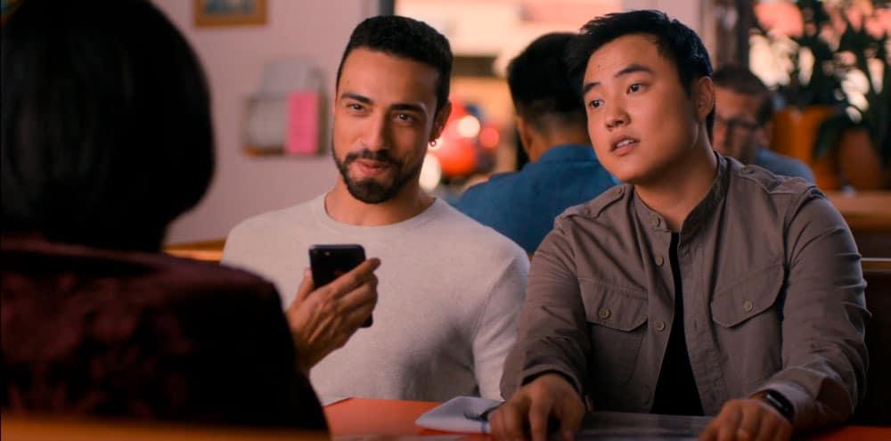 José y Micah viendo fotos