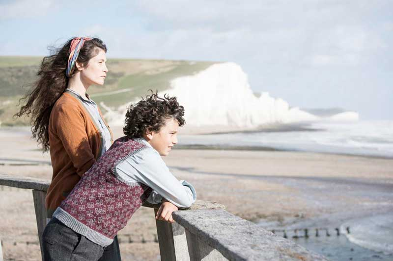 Alice y Frank viendo el mar