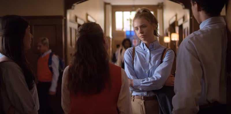 April y Sterling hablando en el pasillo